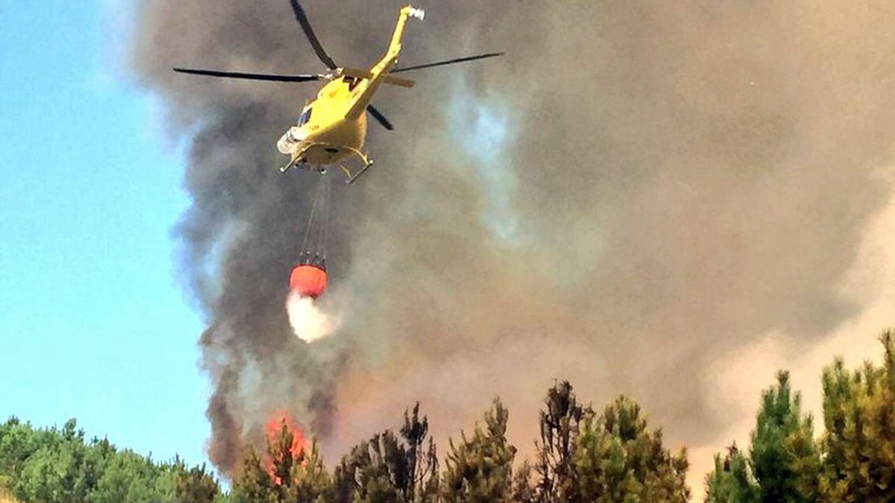 Un helicóptero ayuda en las labores de extinción del incencio forestal de Navelgas (Tineo)