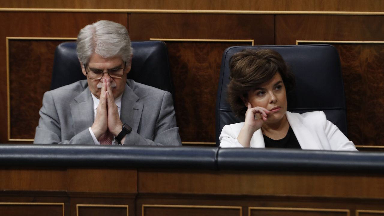 Alfonso Dastis y Soraya Sáenz de Santamaría en la bancada popular.