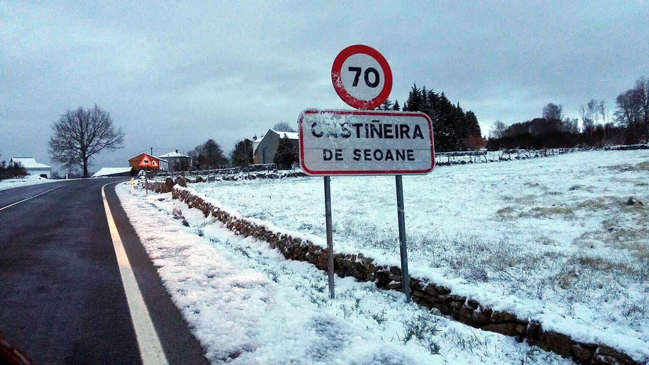 Butaneros de Trives abren las pistas llenas de nieve para hacer el reparto.Carretera que une Ourense con Castro Caldelas