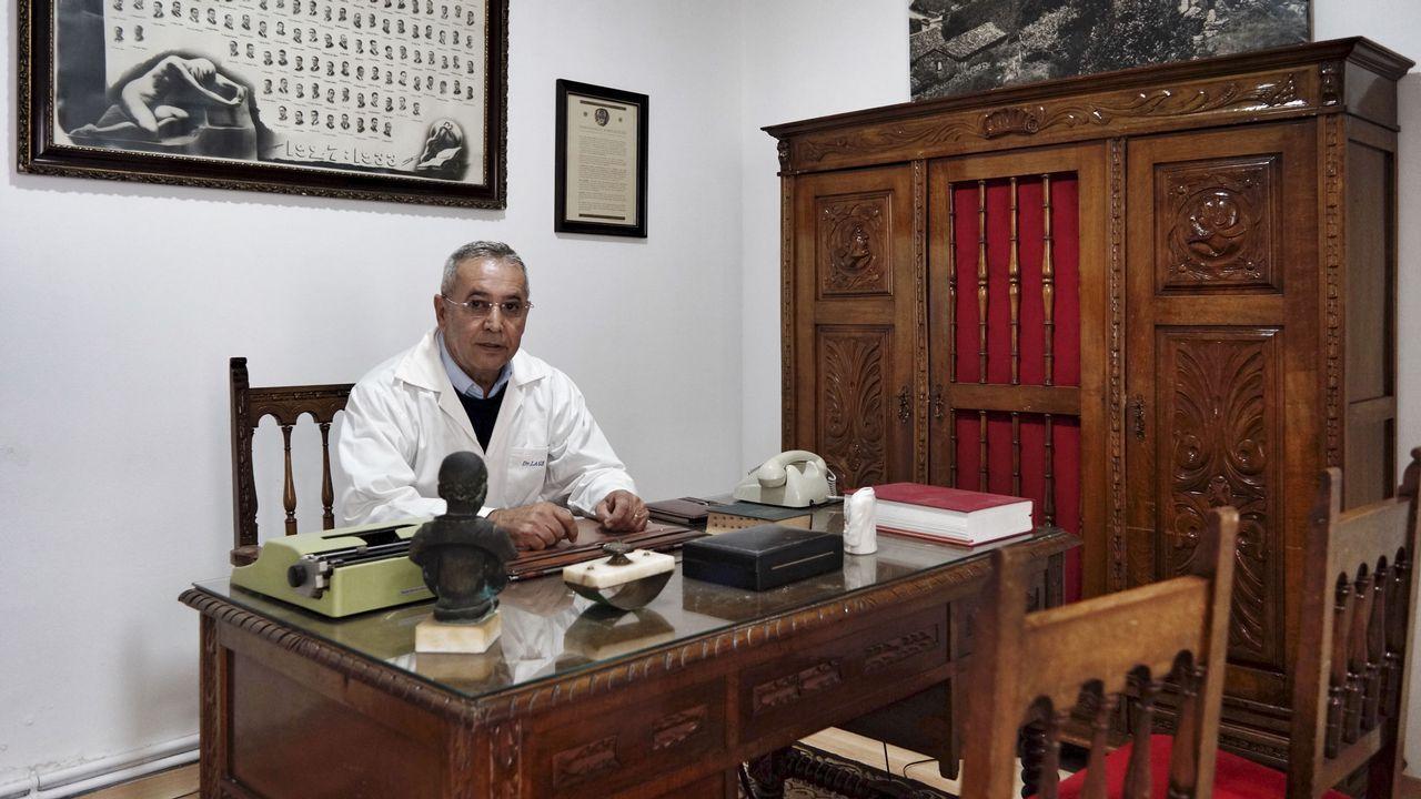 MUSEO DEL MÉDICO RURAL DE MACEDA.José Manuel Lage, en la sala del museo que reproduce un despacho clásico de médico con muebles originales.