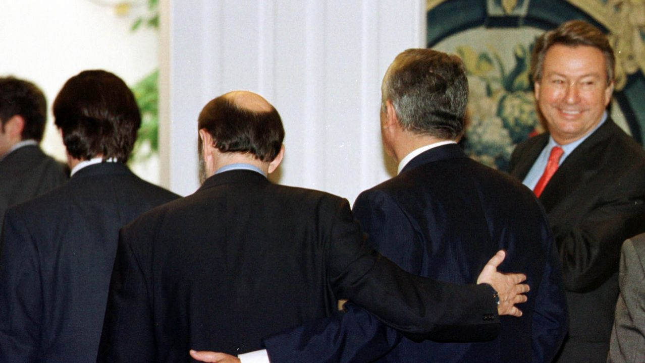 El socialista Rubalcaba junto al popular Javier Arenas tras la firma del pacto contra ETA en Moncloa en el 2000