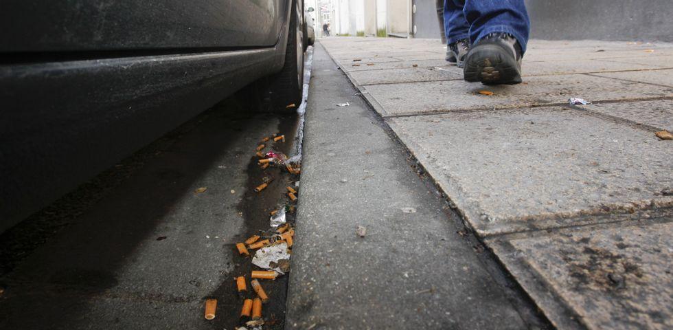 .Tirar colillas al suelo (en la imagen, una calle de Lugo) está penalizado en las ordenanzas, pero las sanciones son casi inexistentes.