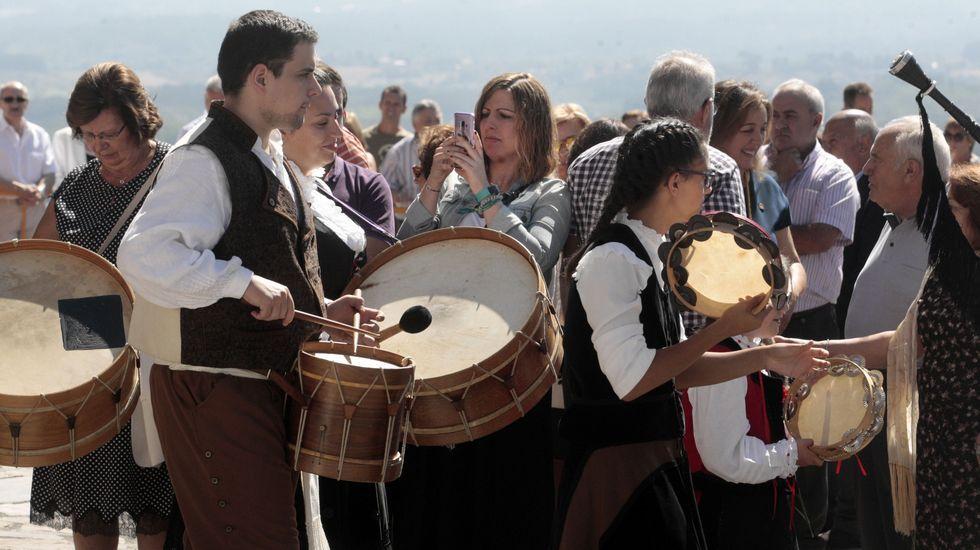 La procesión previa a la ofrenda floral, con la torre del castillo de San Vicente de fondo.Los grupos de danza y música tradicional del Ayuntamiento de Monforte actuaron en San Vicente en el día grande de las fiestas