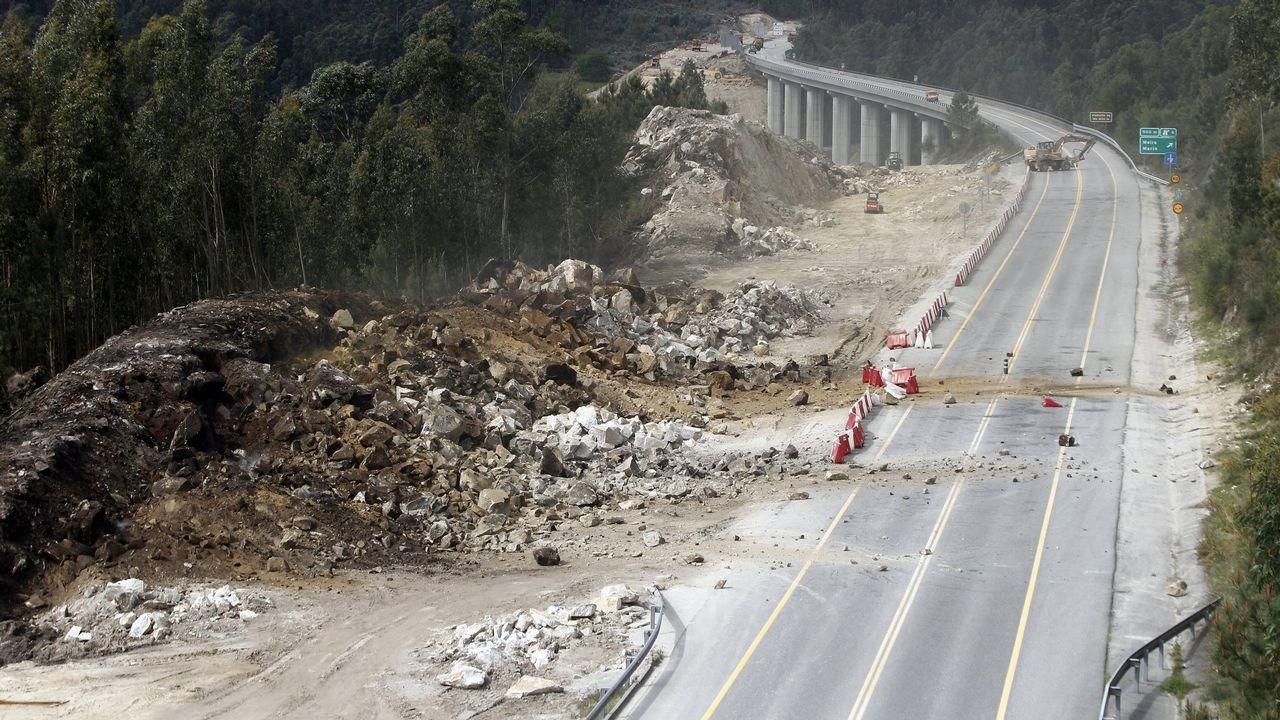 Coches retenidos a la entrada del túnel de Fabares, en la autovía del Cantábrico, a su paso por Villaviciosa