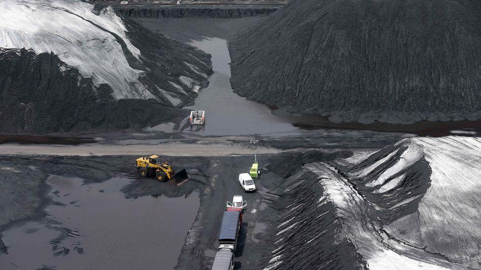 Nube de polvo en el entorno de la planta de Arcelor en Avilés.Vista del parque de carbones de Aboño