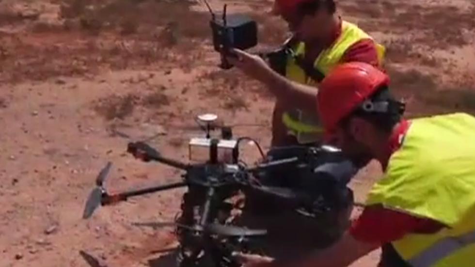Tres drones espían las líneas eléctricas de Fenosa en Galicia.Las superestructuras están formadas por anillos de acero