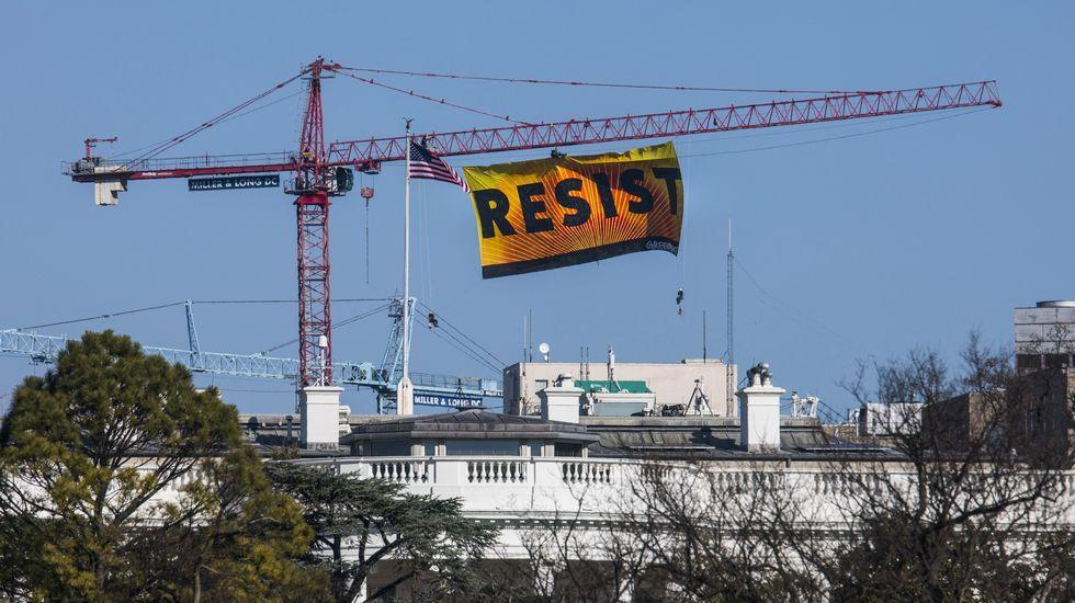 Espectacular protesta de Greenpeace contra Trump en Washington.Trump firma la orden ejecutiva que restringe la entrada en Estados Unidos