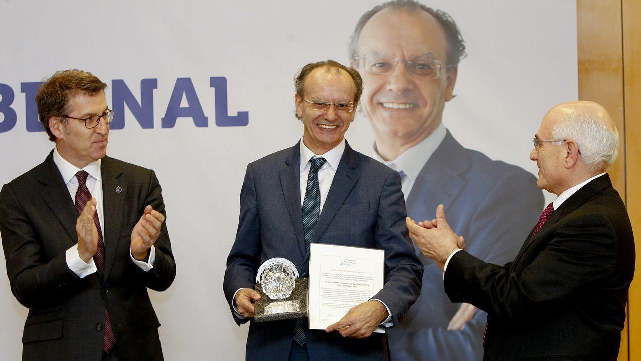 Xosé Luís Vilela, junto a Feijoo y Arturo Maneiro, presidente de la asociación de periodistas