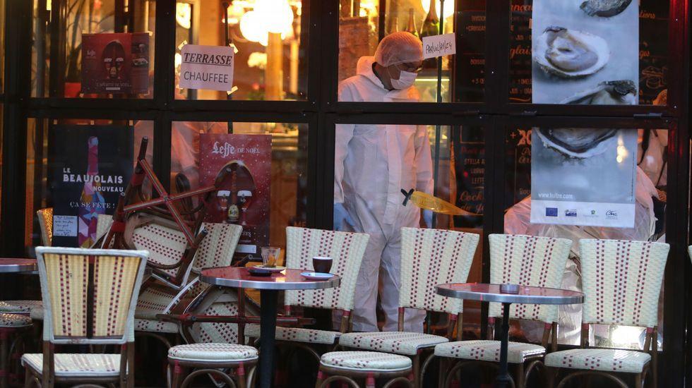 Los forenses buscan evidencias en un restaurante que sufrió uno de los ataques.
