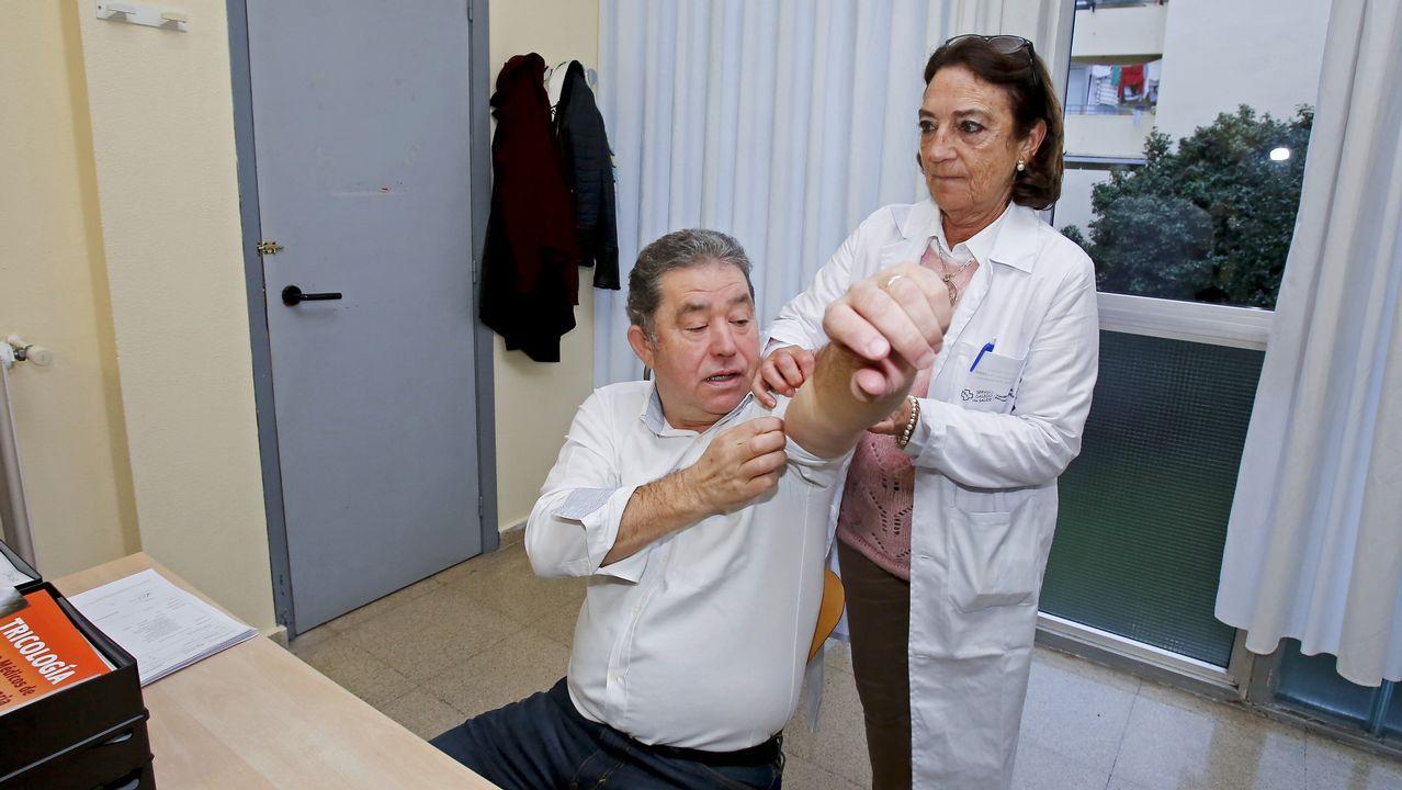 Médicos del Sergas llevan su protesta por la falta de personal a las puertas del Parlamento gallego.Presentación de la dimisión colectiva de los jefes de servicio de los centros de salud de Vigo en el Colegio de Médicos