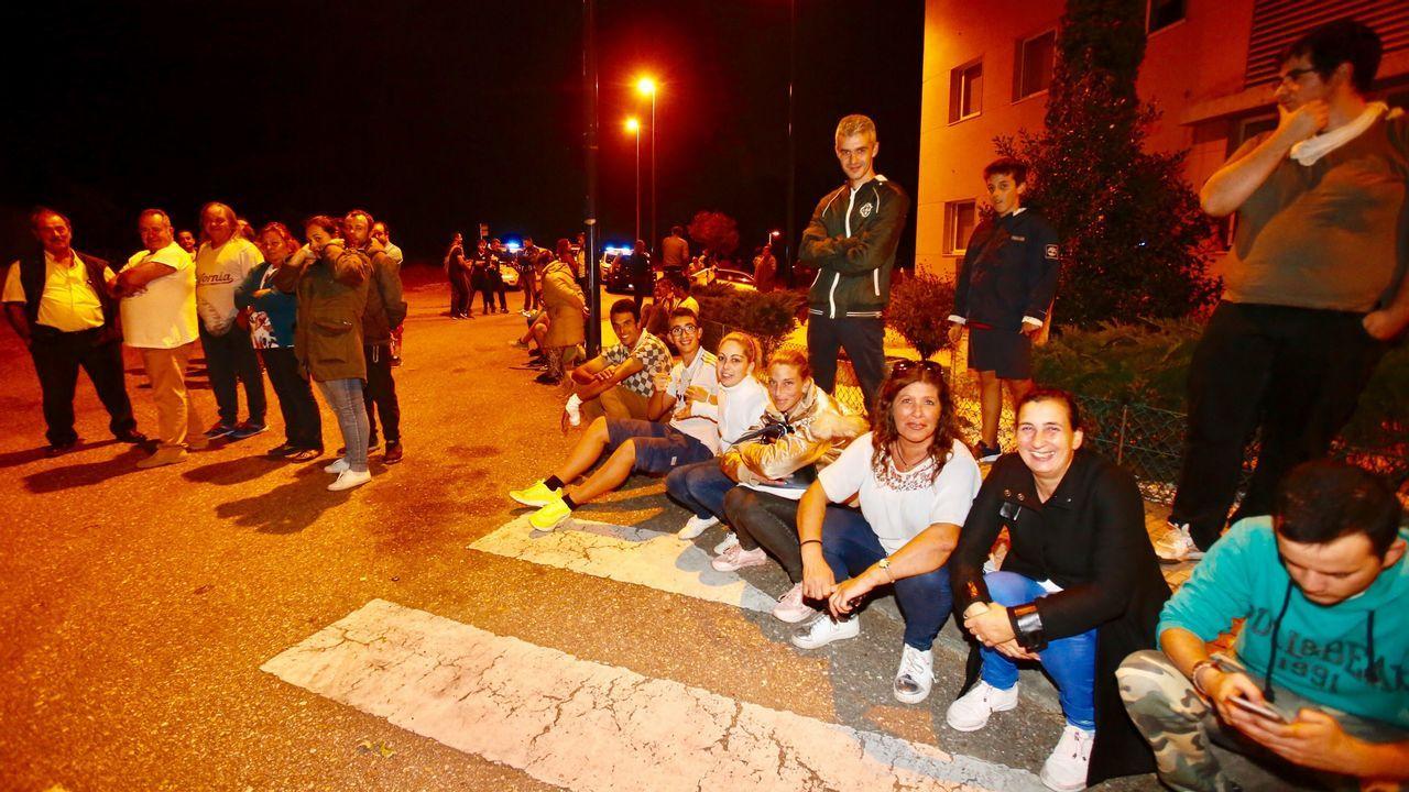 Vecinos de Coruxo esperan una posible evacuación.