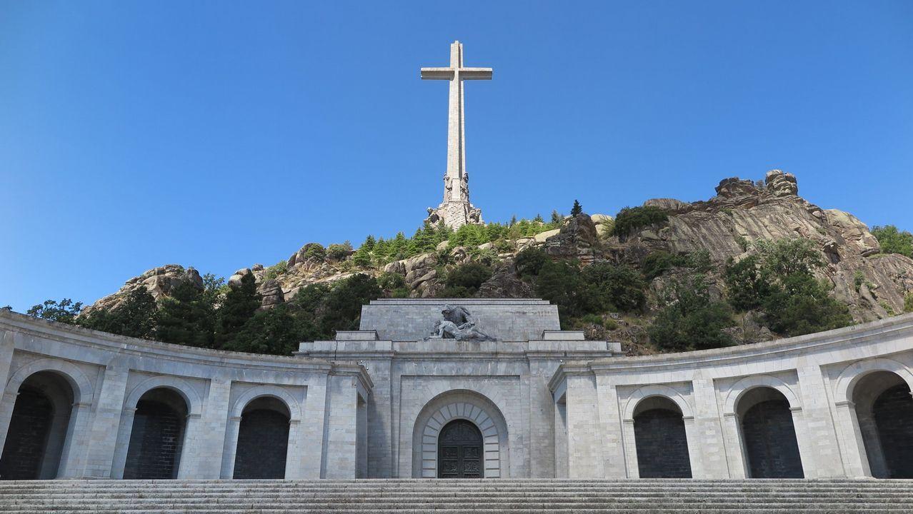 Vista del mausoleo y la cruz de piedra que corona el Valle los Caídos