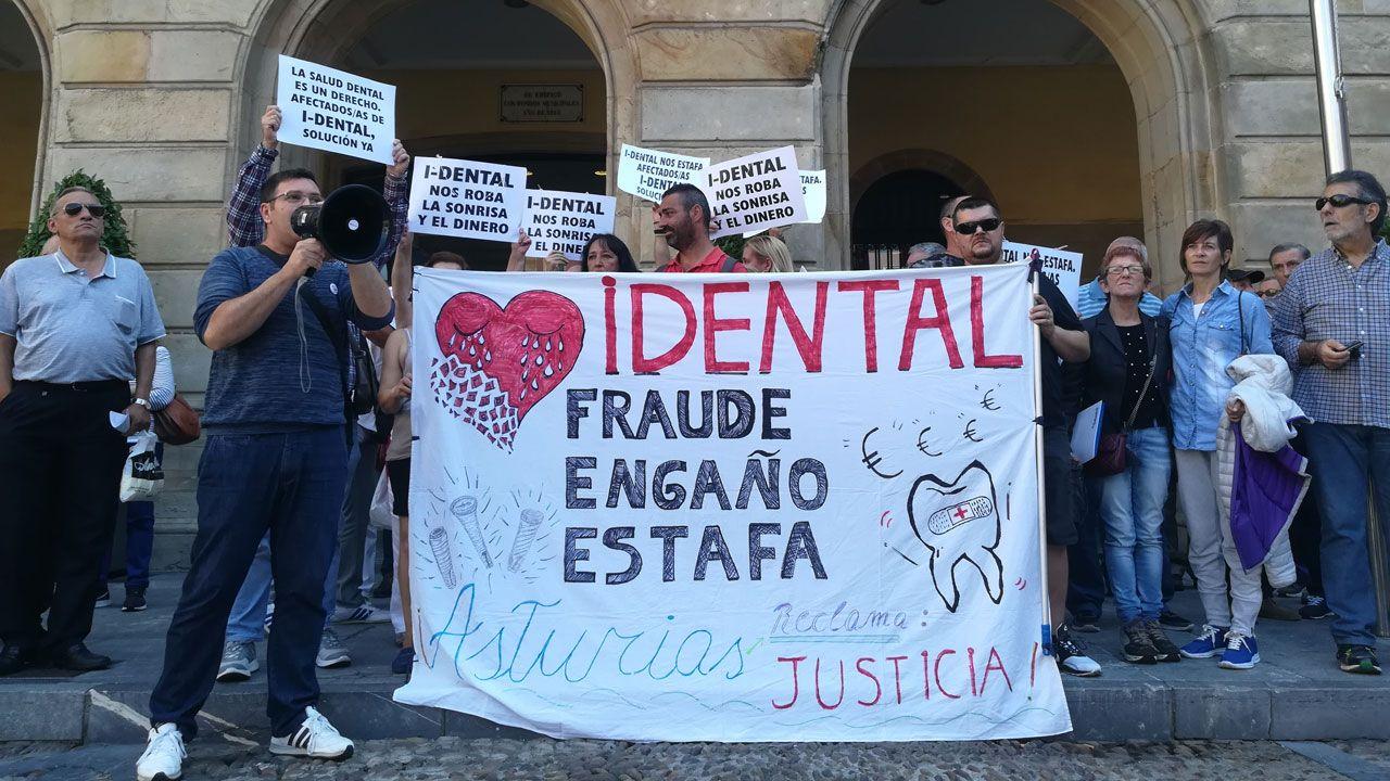 Imagen de archivo de unas oposiciones realizadas en Silleda.Concentración de afectados por el cierre de iDental ante el ayuntamiento de Gijón