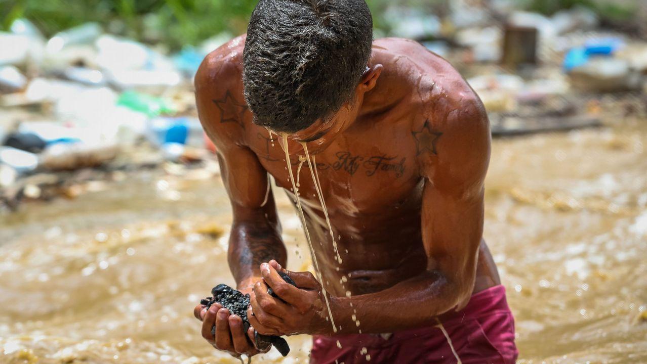 Un joven «minero» busca restos en el río Guaire