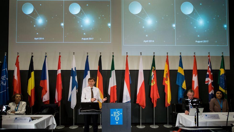 . Stephen Smartt (c), profesor de física en la Universidad de la Reina de Belfast, habla durante una conferencia de prensa del Observatorio Europeo Austral (ESO) en Garching, cerca de Múnich, Baviera, Alemania, 16 de octubre de 2017. La flota de telescopios del ESO en Chile han detectado la primera contraparte de una fuente ondas gravitacionales.