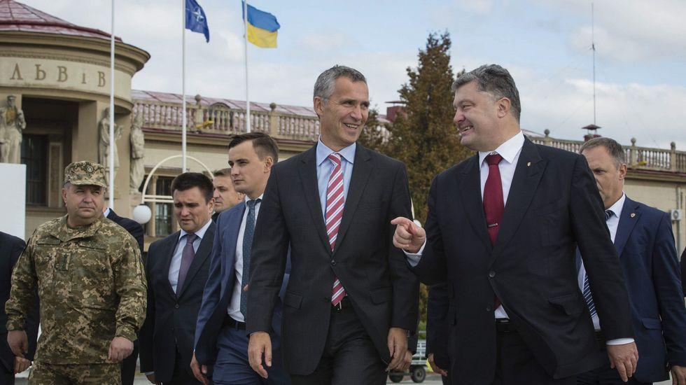 .Stoltenberg, con corbata rayada, charlando con Poroshenko