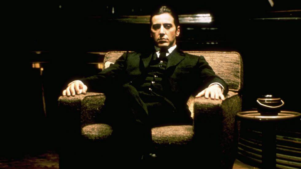 «El Padrino II» dividió al público y a la crítica. La discusión no se localizaba en su indudable calidad, sino en el grado de esta. ¿Superaba o no a la primera entrega de la saga? Coppola retoma el drama de los Corleone en 1974 con un Michael en toda su plenitud, un personaje poderoso que a lo largo del metraje empieza a flaquear en lo que a sus relaciones familiares se refiere. El segundo trago de «El Padrino» es ambición, es ceguera por el poder, es destrucción de todo lo construido en la primera.