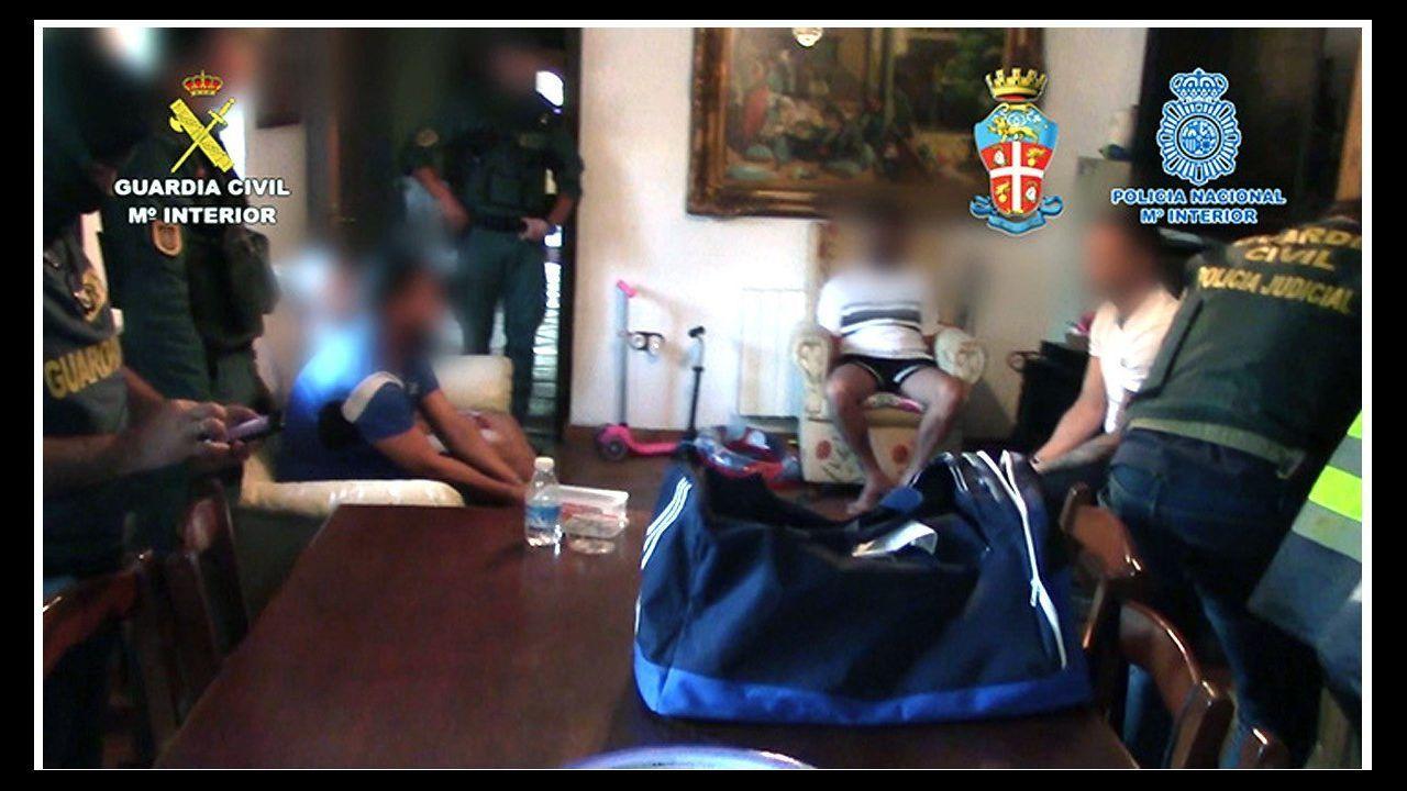 Los funcionarios de la provincia celebran su fiesta.Las redadas se realizaron en toda la provincia de Cádiz y en Málaga. En la imagen, uno de los registros