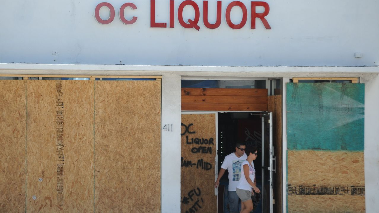 Una tienda tapada con tablones para prepararse ante «Irma».