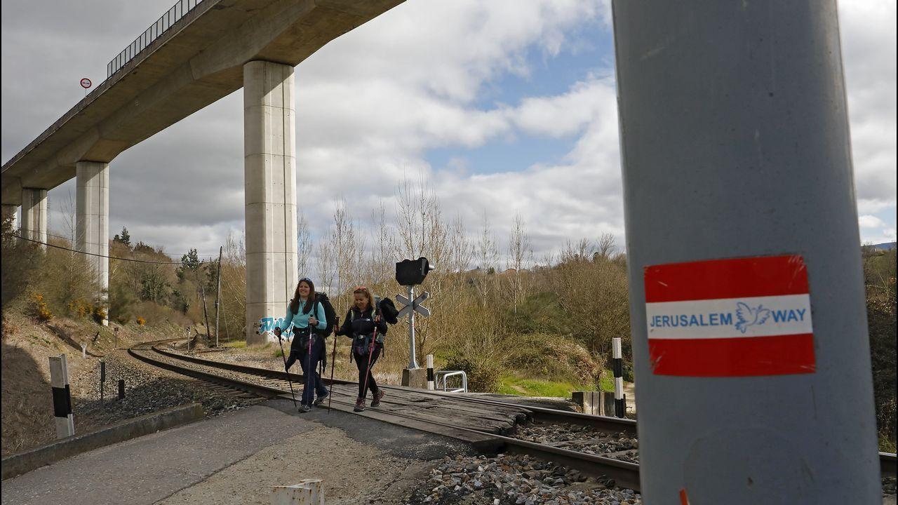 Dos peregrinos atraviesan bajo el viaducto de la carretera Lugo-Monforte