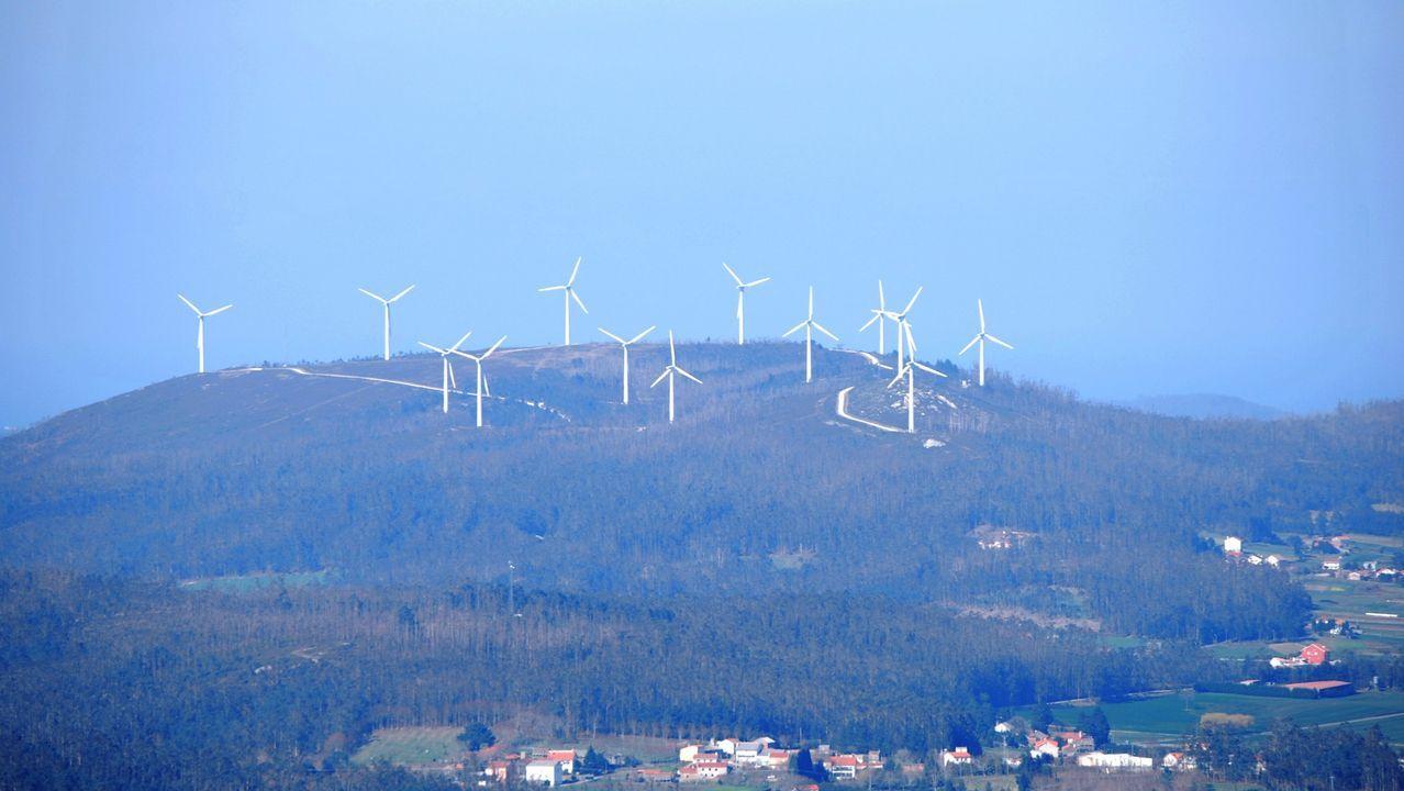 .Vista del parque eólico de Silvarredonda, en Cabana, desde el Pico de Meda