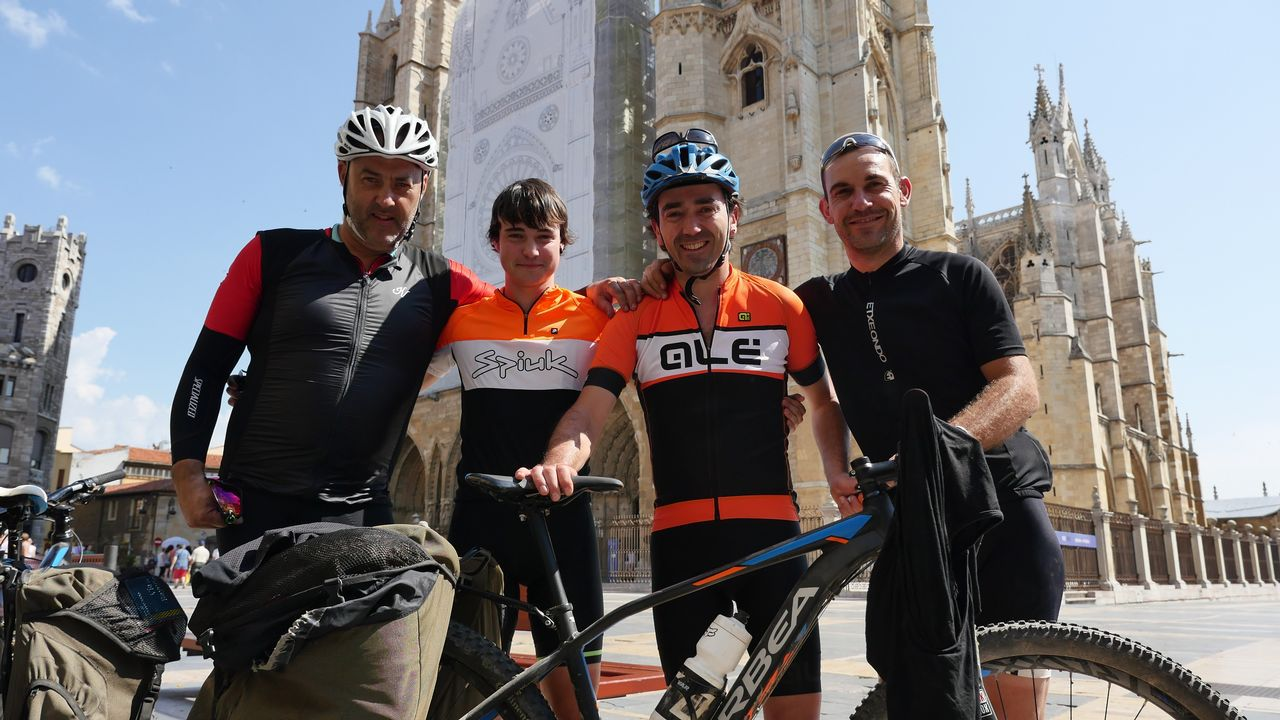 .Koldo, Unai, Iñaki y Aitor, ante la catedral de León