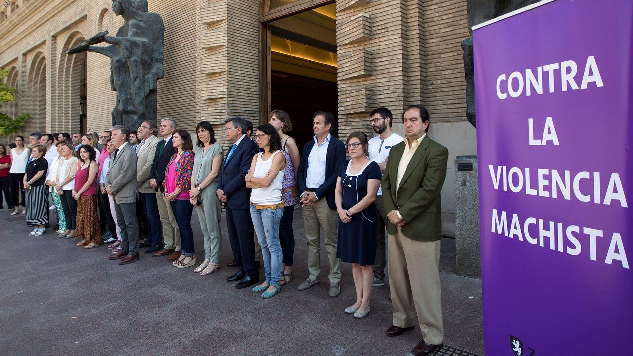 .Miembros del Ayuntamiento de Zaragoza se concentran este mediodía en señal de repulsa por el asesinato de una mujer