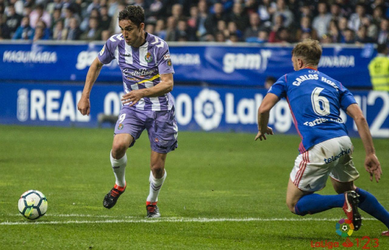 Carlos Hernandez Mata Real Oviedo Valladolid Carlos Tartiere.Carlos Hernandez trata de tapar un disparo de Mata