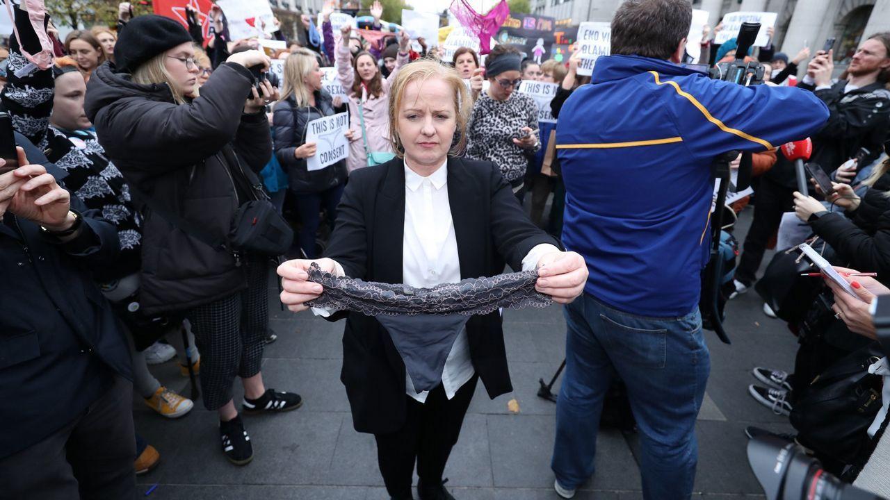 Ruth Coppinger, miembro de la alianza electoral Solidarity-People Before Profit en Irlanda, sostiene un tanga durante una protesta en apoyo a las víctimas de violencia sexual
