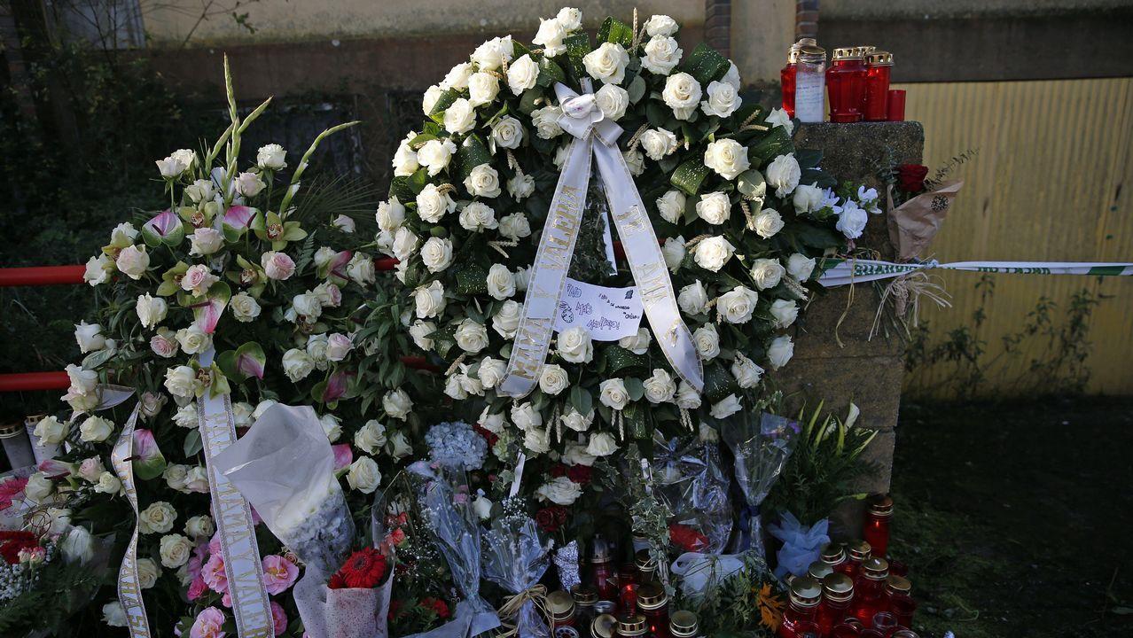 Indignación entre los padres de las víctimas tras el debate por la prisión permanente revisable.Flores en la nave de Asados donde apareció el cadáver de Diana Quer