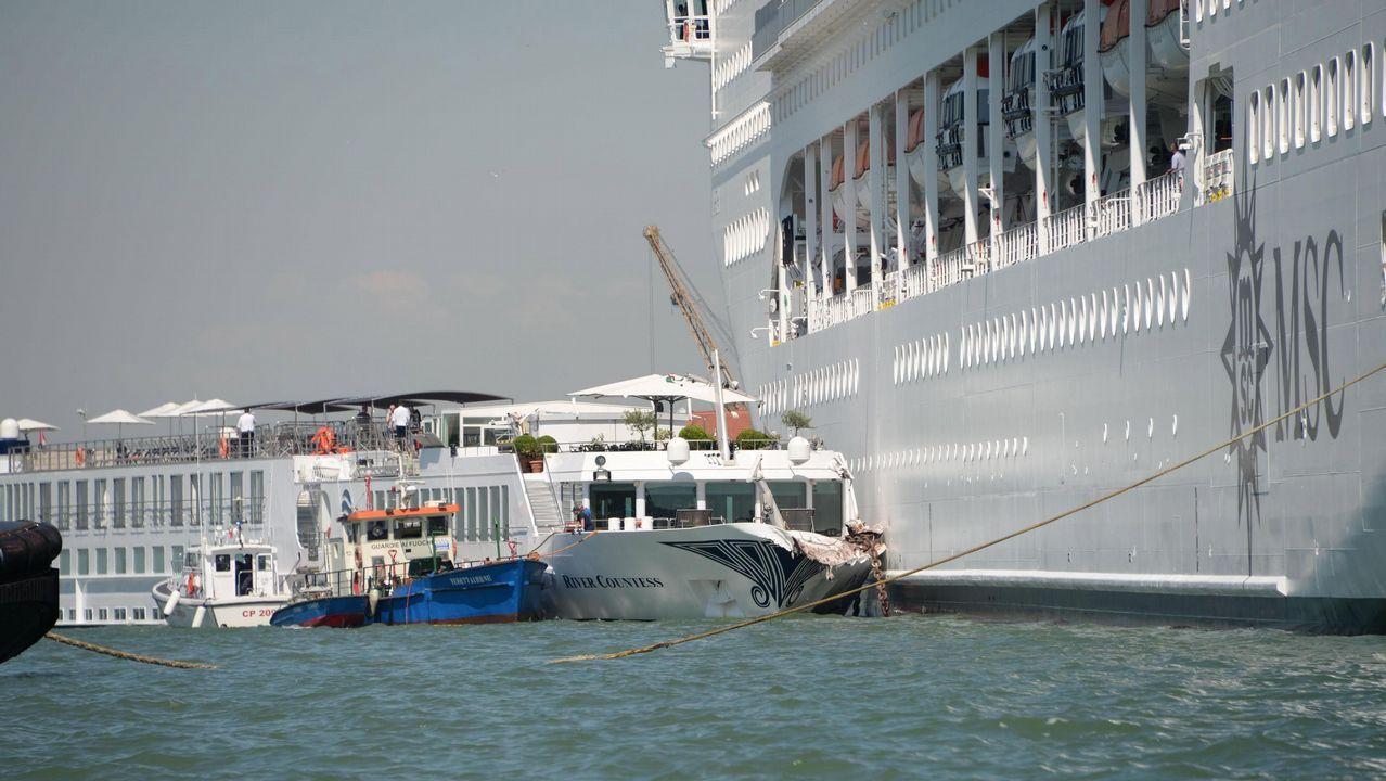 Un gran crucero embiste a un barco amarrado en un canal de Venecia.Descenso de barrancos en el cañón del río Carballido, en las cercanías de Folgoso do Courel