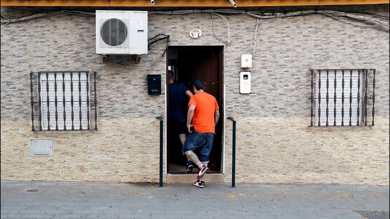 «El Prenda» celebra la libertad provisional en su domicilio de Sevilla.Manifestación en Oviedo en favor de la víctima de La Manada