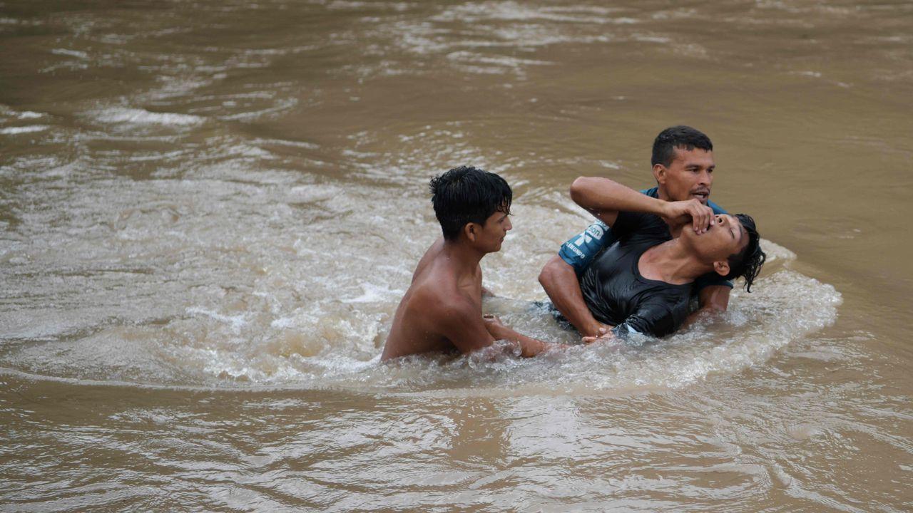 Cruzan en balsa el río que separa México de Guatemala