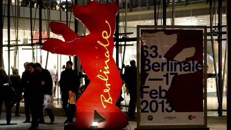 Candela Peña: «Pido trabajo para criar a mi hijo».Un trabajador limpia la alfombra roja de la Berlinale.