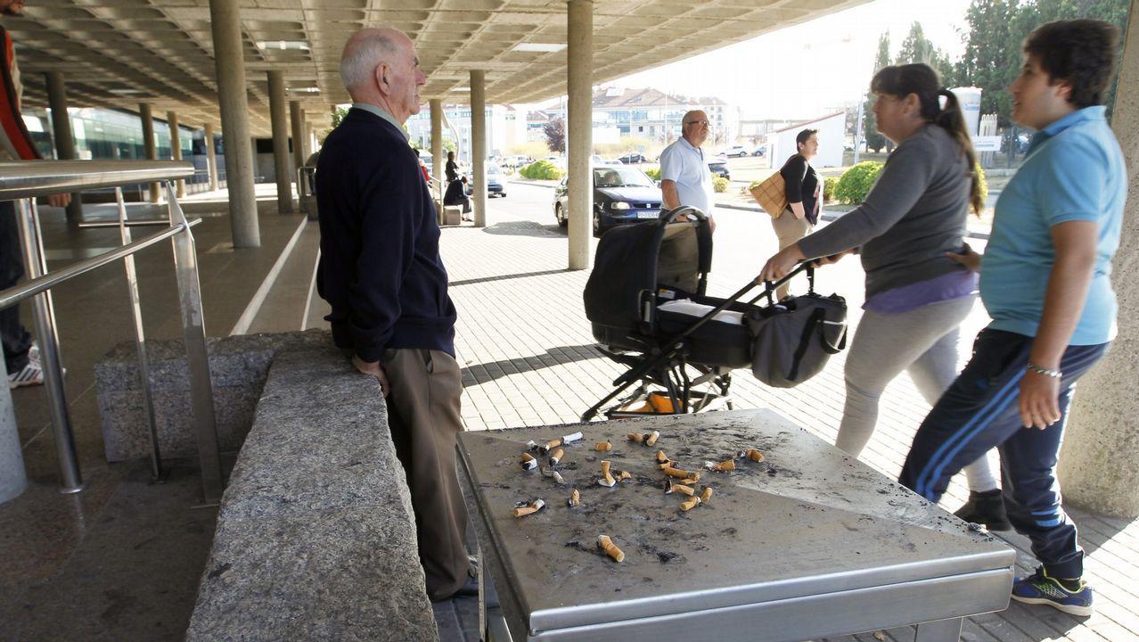 Los entornos hospitalarios, asignatura pendiente. Pese a la prohibición expresa de fumar en los recintos sanitarios, lo cierto es que las colillas y la gente fumando son constantes