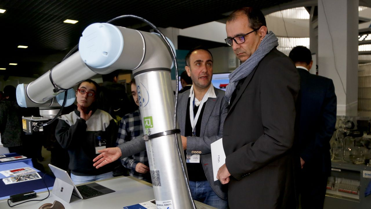 Víctor Alonso (CTAG) explica al director de PSA (derecha) cómo funciona el nuevo robot