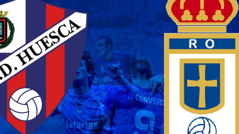 Los jugadores del Huesca defienden un córner frente al Reus