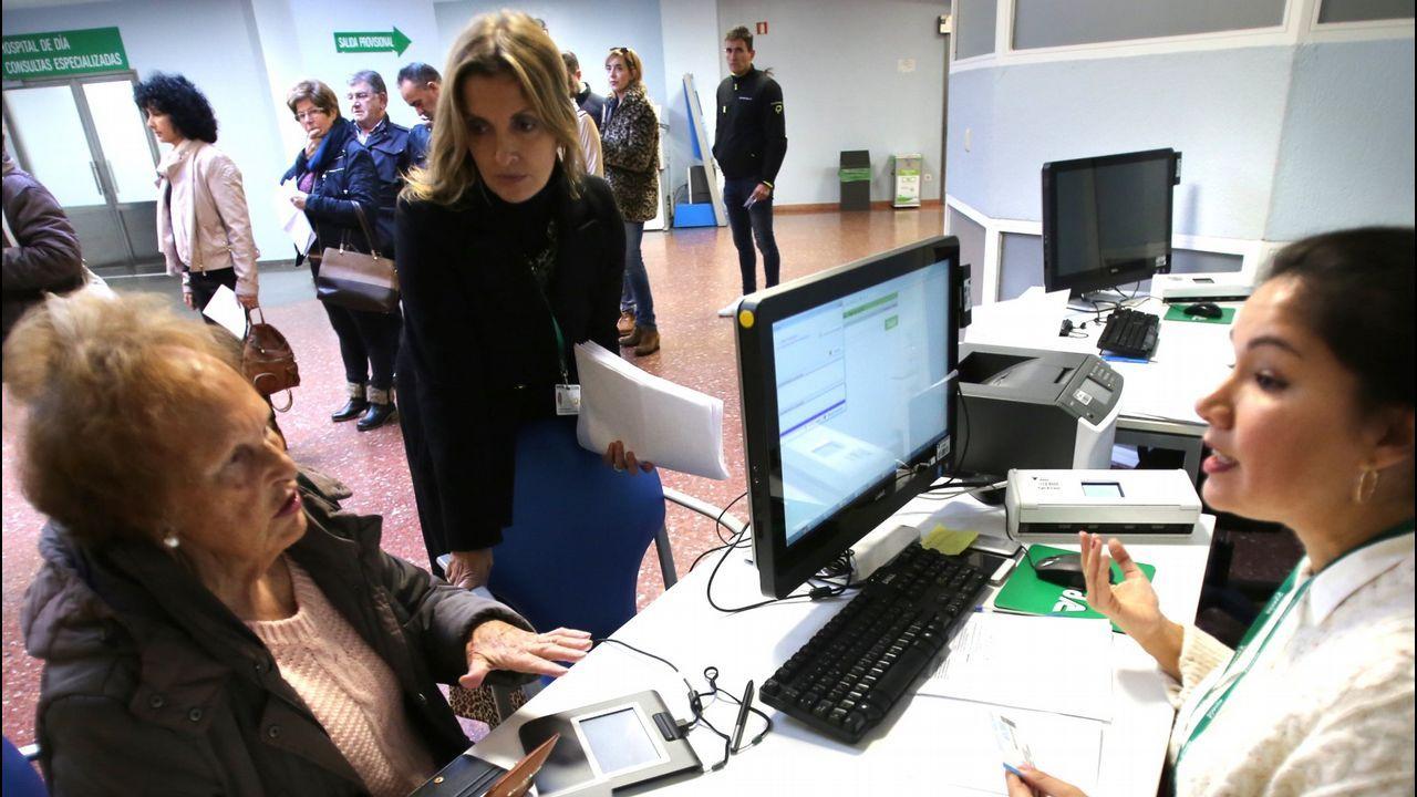 Pleno de la investidura en Vigo.Una señora tramita el cambio de hospital en Povisa