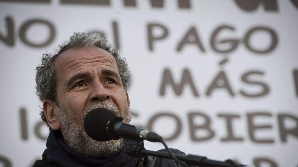 Willy Toledo aclara sus palabras sobre el atleta Orlando Ortega.Willy Toledo, a la izquierda, junto al diputado de Podemos Diego Cañamero en una mesa redonda celebrada en A Coruña.