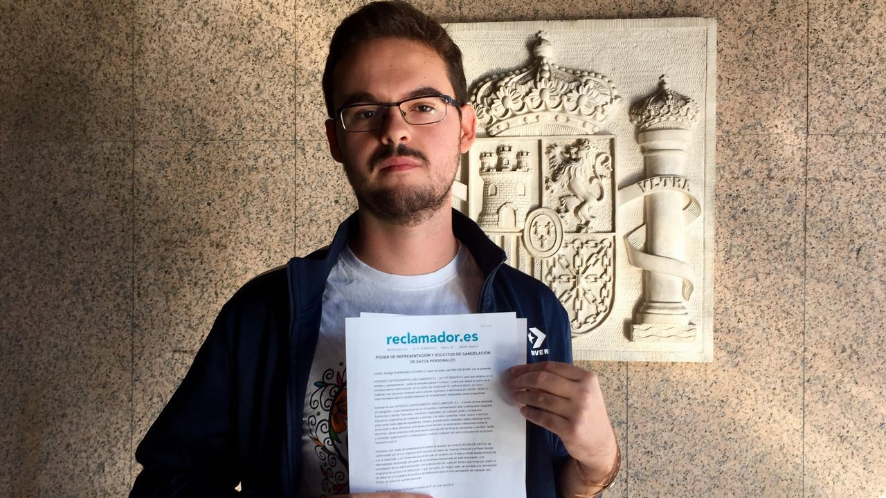 Iván Ferreiro dignifica el reencuentro de Golpes Bajos.Rodrigo Rodríguez, con la demanda contra Ryanair, en los juzgados de Vigo