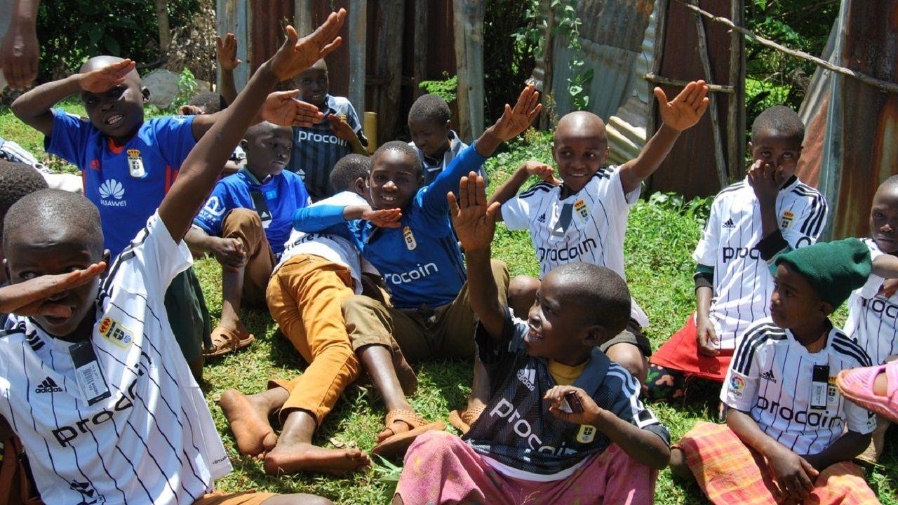 Niños del orfanato de Kissi (Kenia) con la camiseta del Oviedo