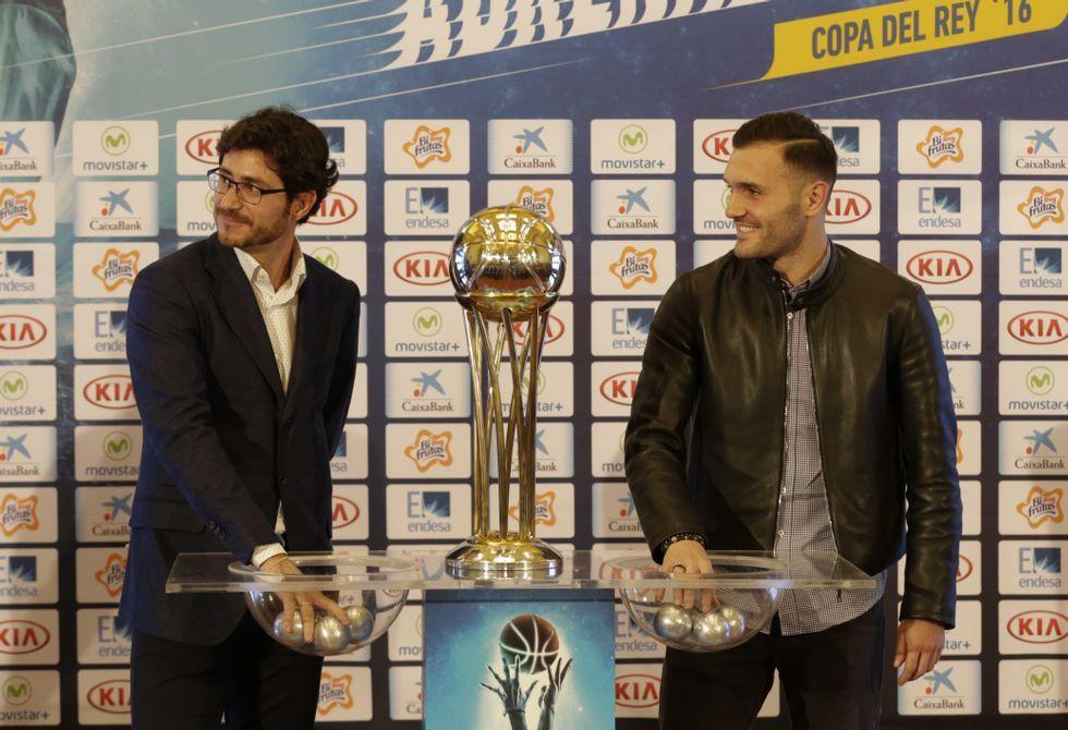 .Víctor Sánchez del Amo y Lucas Pérez, en el sorteo de los partidos del torneo.