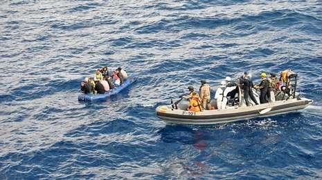Dotación de la F-101 auxiliando a inmigrantes en el mar de Alborán.