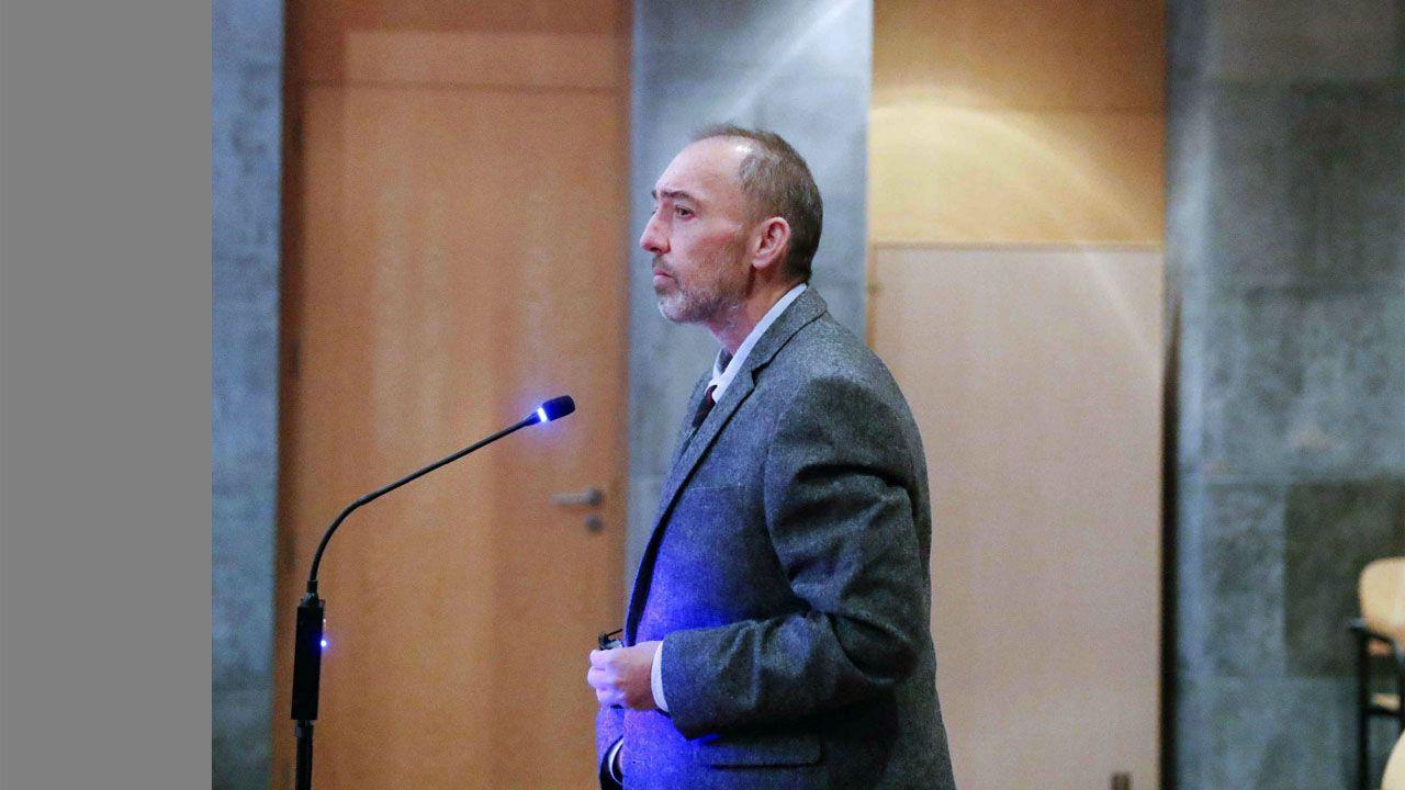 El ex director general de la Fundación Niemeyer, Natalio Grueso (i), durante el juicio que se celebra a partir de este lunes por las presuntas irregularidades cometidas al frente del complejo cultural de Avilés relacionadas con la emisión de facturas falsas o manipuladas y por las que la Fiscalía pide once años de prisión.