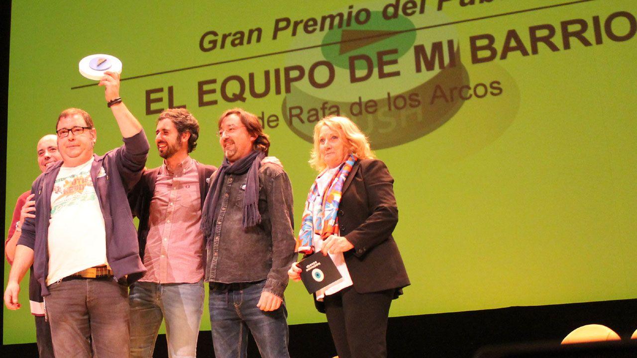 Directivos y socios del Ceares con el trofeo para «El equipo de mi barrio»