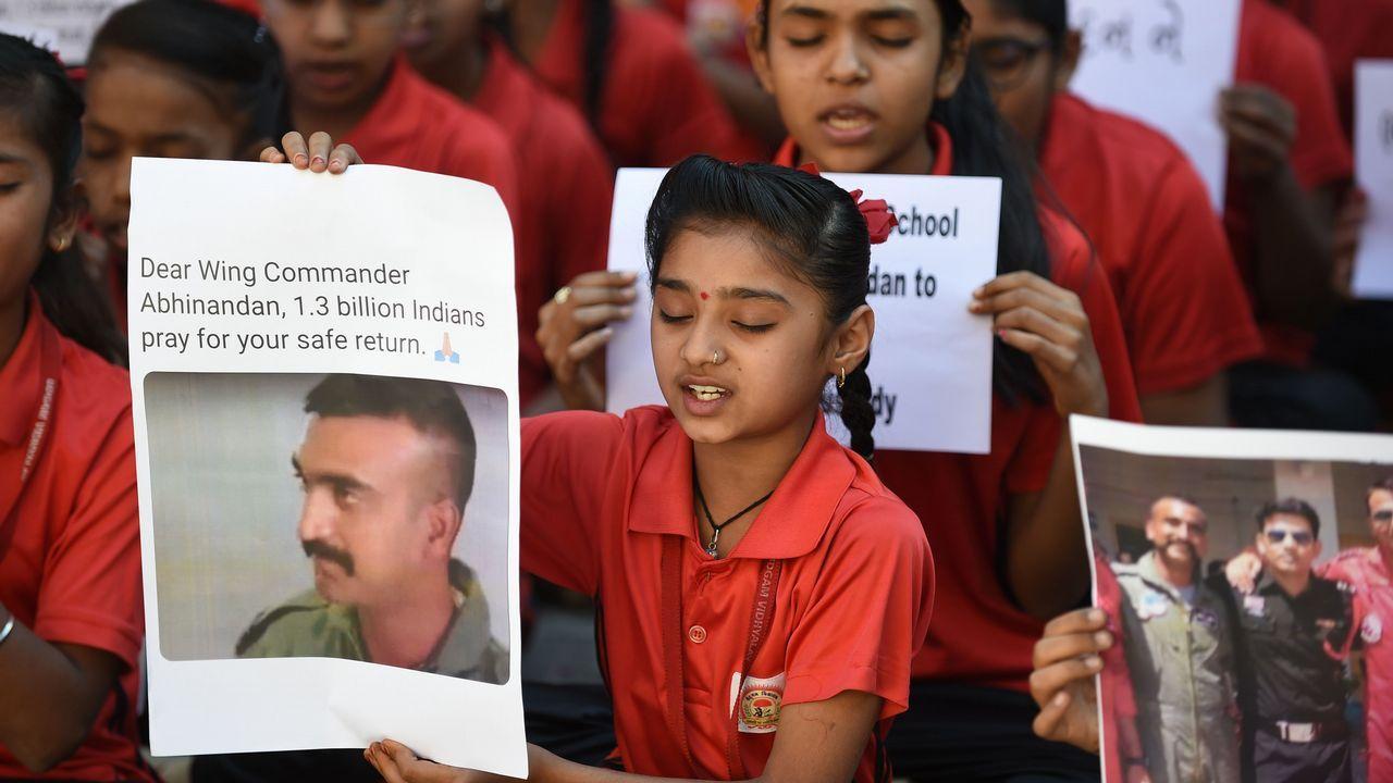 Un grupo de niños rezan por el piloto apresado en Pakistán