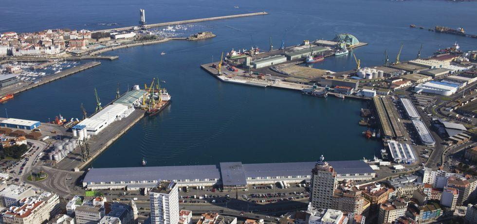 En primer plano, a la izquierda, los muelles de Batería y Calvo Sotelo que el Puerto quiere vender antes del 2017; en la esquina superior derecha, el muelle petrolero.