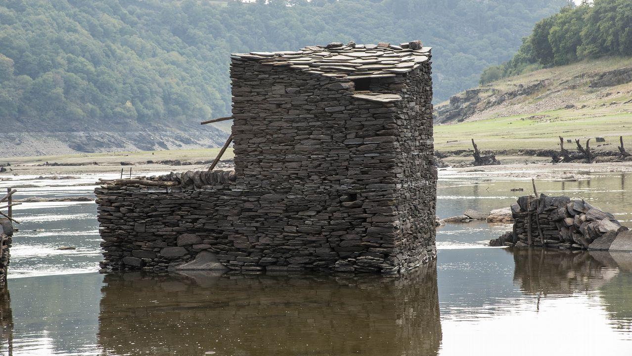 .Otro aspecto de una pía de un caneiro dotada de una caseta de pescadores
