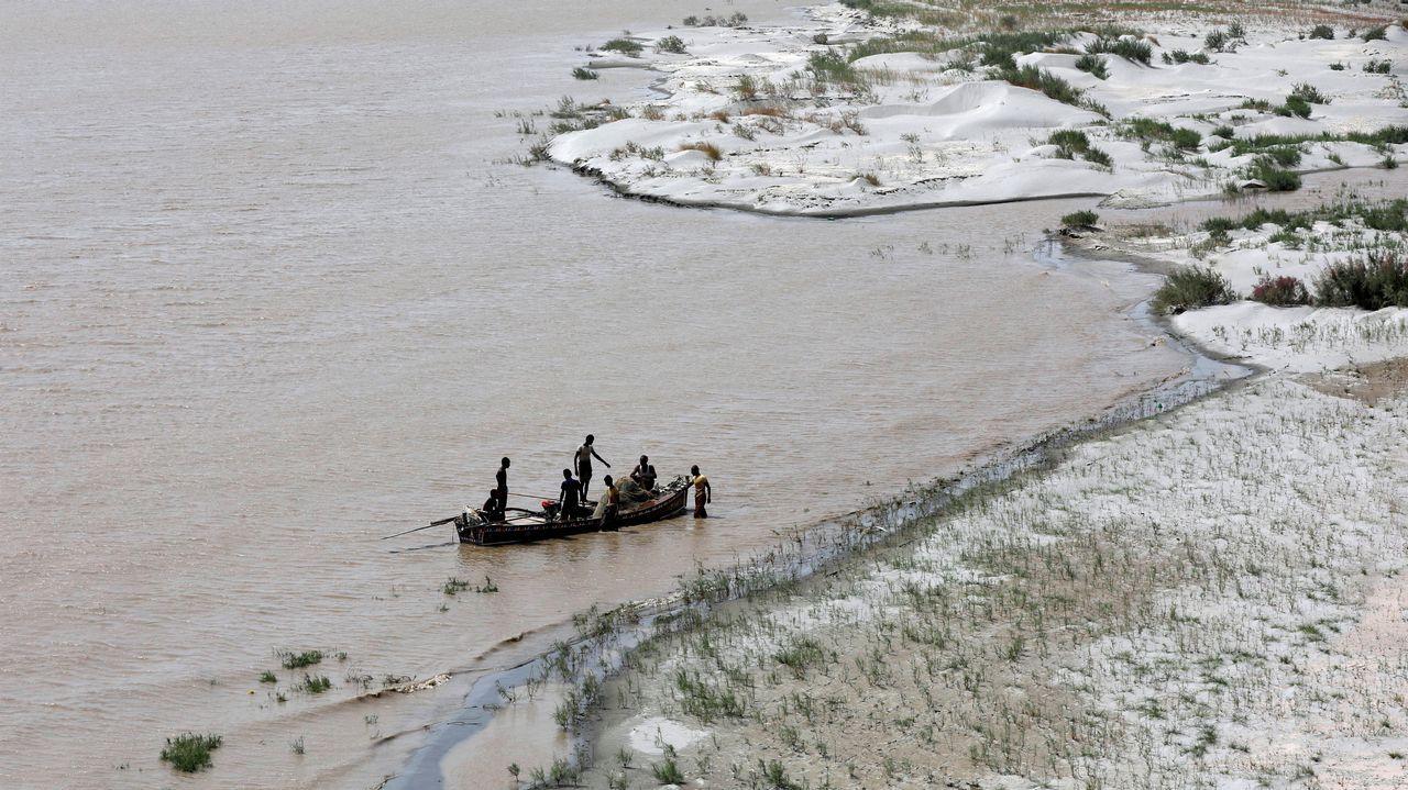 Pescadores en el rió Indu, a su paso por Hyderabad, Pakistán