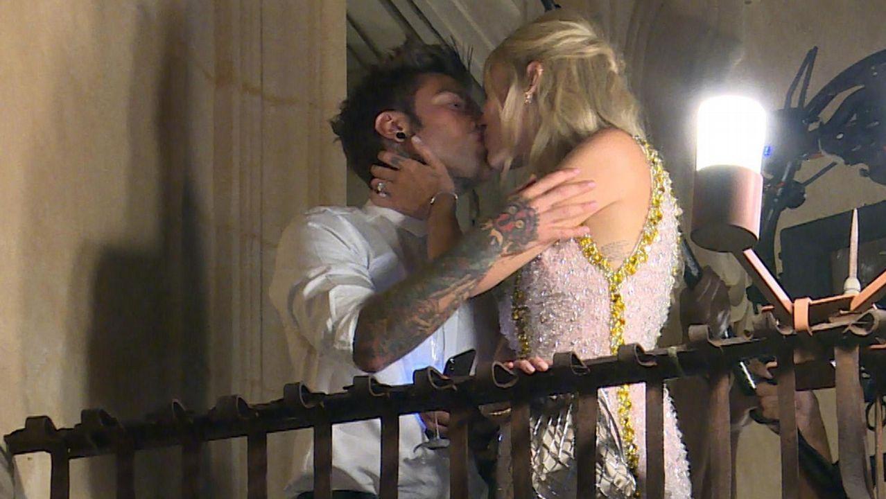 La «influencer» italiana Chiara Ferragni y el rapero Fedez se besan durante una fiesta previa a la boda